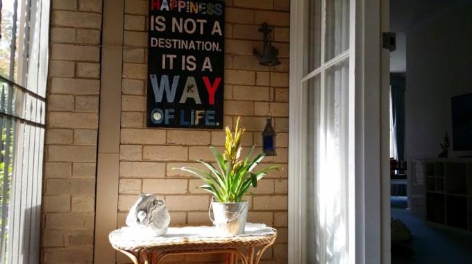 E colocamos o quadro na entrada da nossa ex-casinha, junto com minha escultura de golfinho ;)