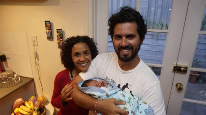 Com o Lucas, o bebezinho pra quem fiz o travesseirinho de coruja, assunto de um post publicado recentemente. Nessa foto o Lucas tinha apenas 5 dias de vida linda!