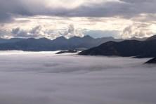Kaikoura, 1200 metros acima do nível do mar. Foi uma caminhada íngreme, mas super recompensadora. Atravessamos uma grossa camada de nuvens e fomos presenteados com essa paisagem linda.