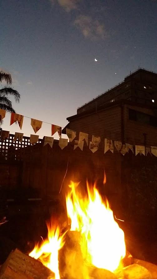 Teve fogueira, quentão de vinho, cachorro quente e muito forró! Foi especial, deu pra matar um pouquinho de saudades das festas do Brasil.