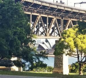 A linda Sydney Opera House sob a Harbour Bridge.