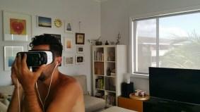 Marido mais lindo do mundo testando novo virtual reality gadget pra uso na empresa em que trabalhava. Ele pira com tecnologia, está na veia mesmo, juntinho com a música.