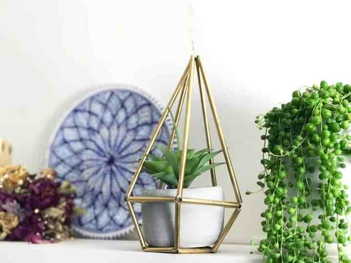geometric plant hanger made from drinking straws.  DIY tutorial.