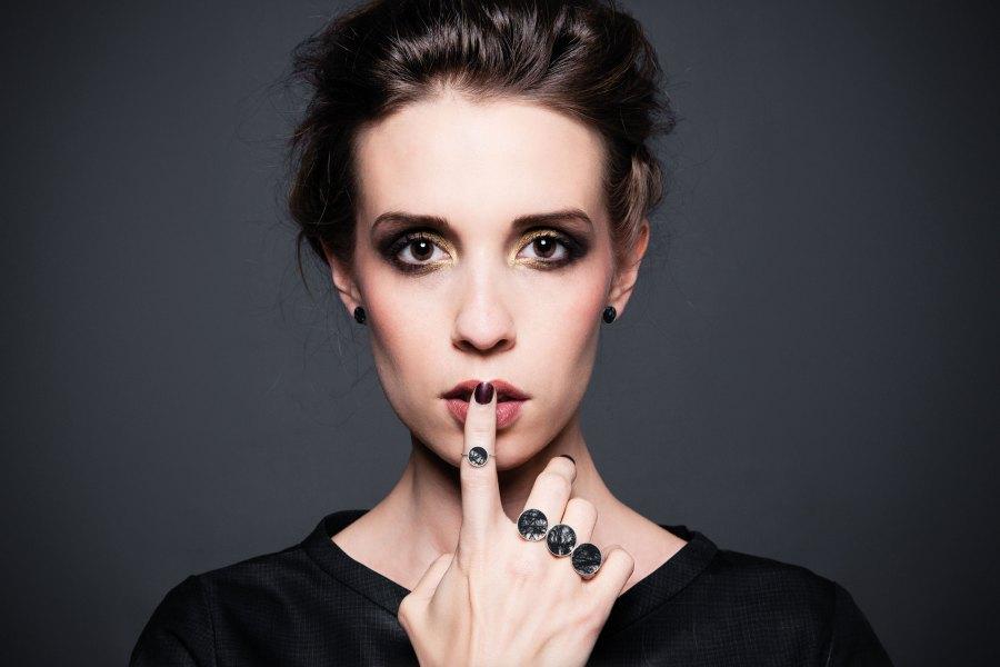 weibliches model mit trägt Ringe