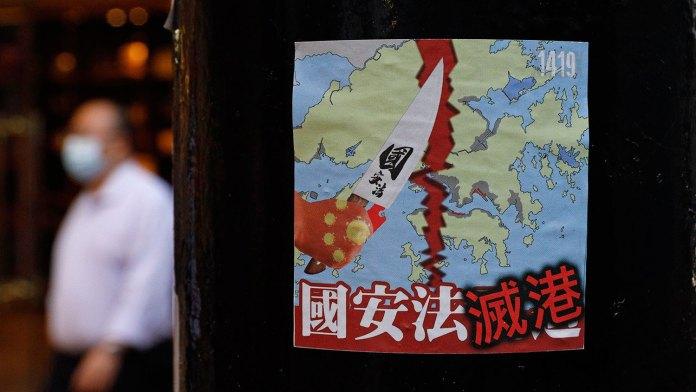 中共强推港版国安法急剧压缩了港人的自由空间。图为2020年7月2日,香港街道上贴出抗议国家安全法的标语。(AP)