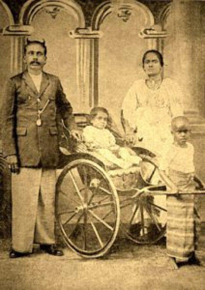 1岁的帕雷玛达沙和他的父母的非常罕见的照片 (图片:维基百科) 1岁的帕雷玛达沙和他的父母的非常罕见的照片 (维基百科)
