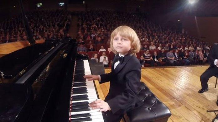 【视频】天才小子在D大调中演奏莫扎特《协奏曲3》,让观众赞叹不已(视频截图)