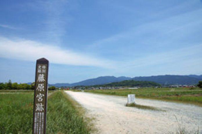日本以大唐国都长安为范,按照长安的条坊布局,建起第一座正式的都城——藤原京。图为藤原京旧址。 (公有领域)