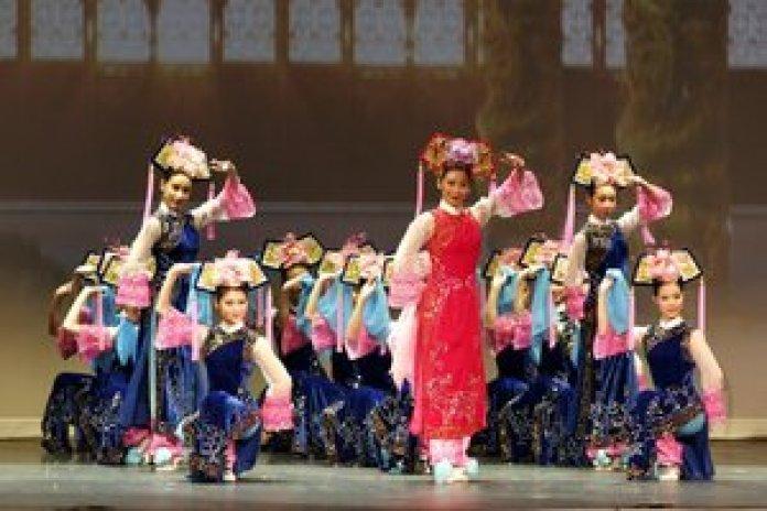 ,舞蹈動作如此簡單,然而每一個動作都那麼和諧,那麼精緻,所蘊含的又是那麼的豐富,美麗、深刻而高貴(大纪元)