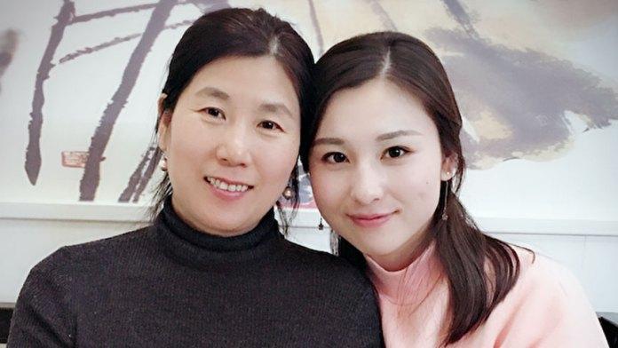 新唐人電視台主持人李扶搖(右)和媽媽在美國團聚後的合影。(受訪者提供)