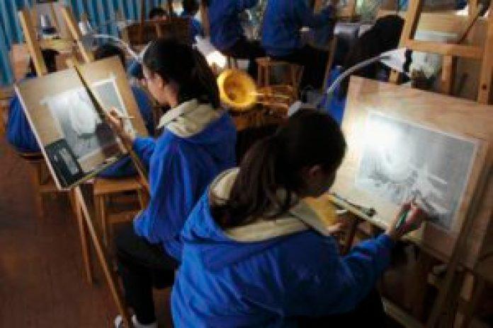蔦松國中美術班學生一入學就要清一色接受一整年有系統的素描基本功訓練(丹尼爾攝)影