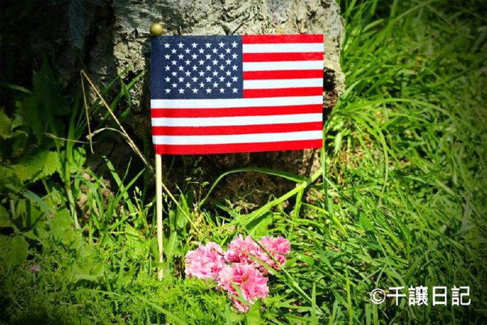 """(圖:在美國,每年五月最後一個星期一是一年一度的""""國殤日"""",在加州蒙特利公園市的市政廳附近的Ranch Garvey公園,有民眾為了紀念這個日子,自發的將美國國旗和鮮花擺放在草坪上,以此緬懷那些為美國犧牲的英雄。)"""