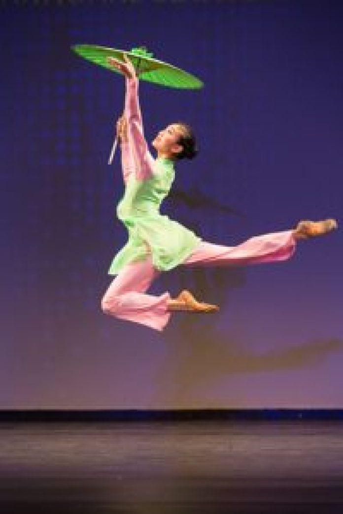 連旭(Michelle Lian)在2016年新唐人電視台「全世界中國舞舞蹈大賽」中榮獲少年女子組金獎。(由Larry Dye提供)