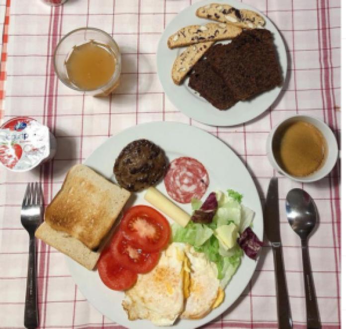 餐點就是瑞士飯店都可以看到的麵包、果醬、火腿、綺思、水果、果汁、牛奶、咖啡等等(patisserie_f2 的头像 patisserie_f2/ins)