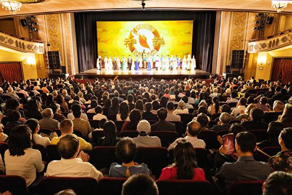 神韵艺术团2021年6月27日在康州斯坦福派雷斯剧院(The Palace Theatre)演出盛况。(戴兵/大纪元)
