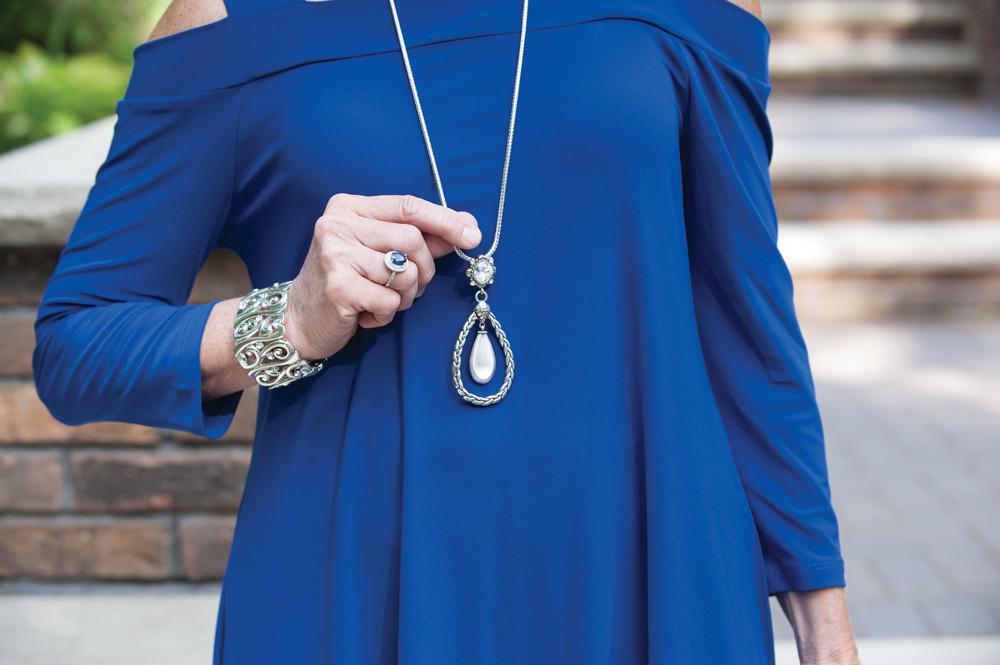 привет, черные бусы для синего платья фото должны