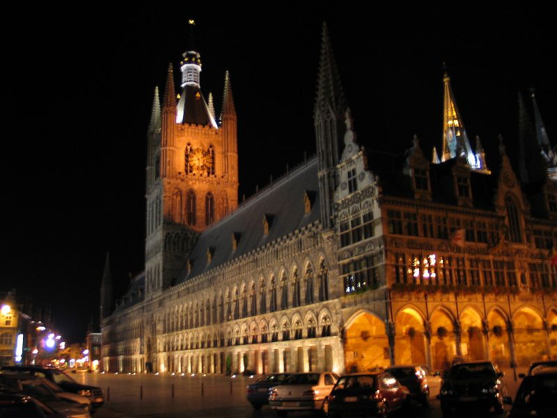 https://i1.wp.com/upload.wikimedia.org/wikipedia/commons/0/01/Belgie_ieper_lakenhal_nacht.jpg
