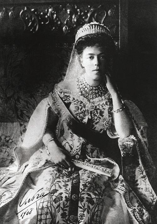https://i1.wp.com/upload.wikimedia.org/wikipedia/commons/0/02/Grand_Duchess_Olga_Alexandrovna_wearing_the_traditional_dress_of_the_Russian_court.JPG