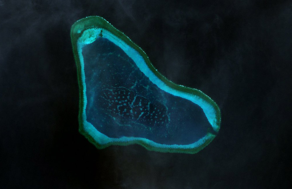 https://i1.wp.com/upload.wikimedia.org/wikipedia/commons/0/03/Scarborough_Shoal_Landsat.jpg