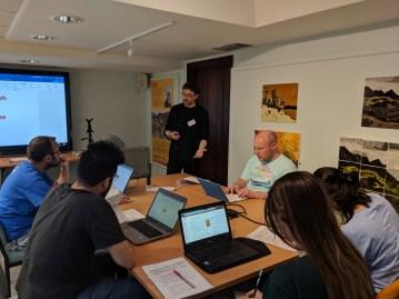 Wikimédiens devant leur ordinateur durant l'atelier de traduction du Celtic Knot