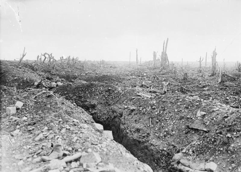 Ficheiro:The badly shelled main road to Bapaume.jpg
