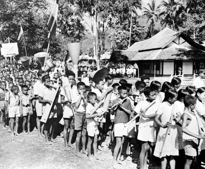 COLLECTIE TROPENMUSEUM Muziekkorps van Toraja kinderen met instrumenten van bamboe TMnr 10005902 Mainan Bocah Belanda VS Mainan Bocah Pribumi