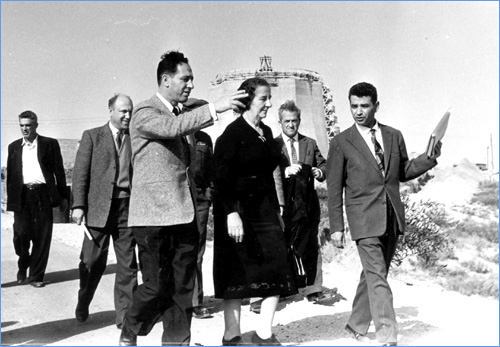 שמעון פרס וגולדה מאיר בסיור עם מלך נפאל בכור הגרעיני בסורק, 1958.
