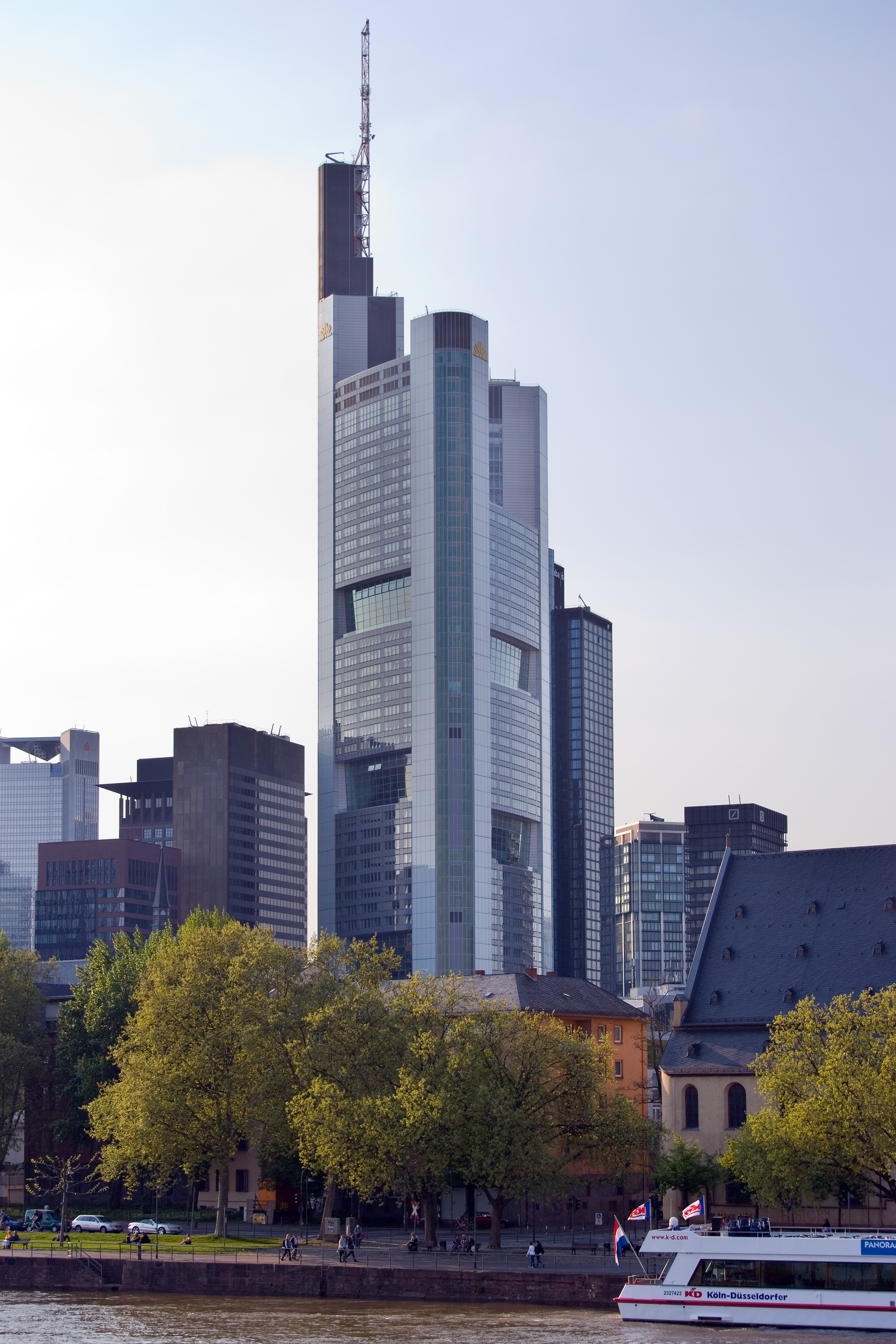 https://i1.wp.com/upload.wikimedia.org/wikipedia/commons/0/0c/Frankfurt_Am_Main-Commerzbank_Tower-Ansicht_vom_Eisernen_Steg.jpg