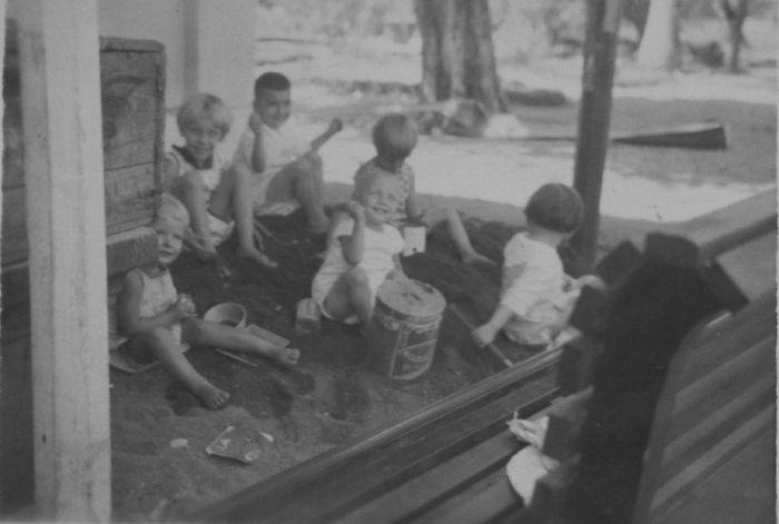 COLLECTIE TROPENMUSEUM Europese kinderen spelen in de zandbak te Sokoramee Midden Java. TMnr 60047779 Mainan Bocah Belanda VS Mainan Bocah Pribumi