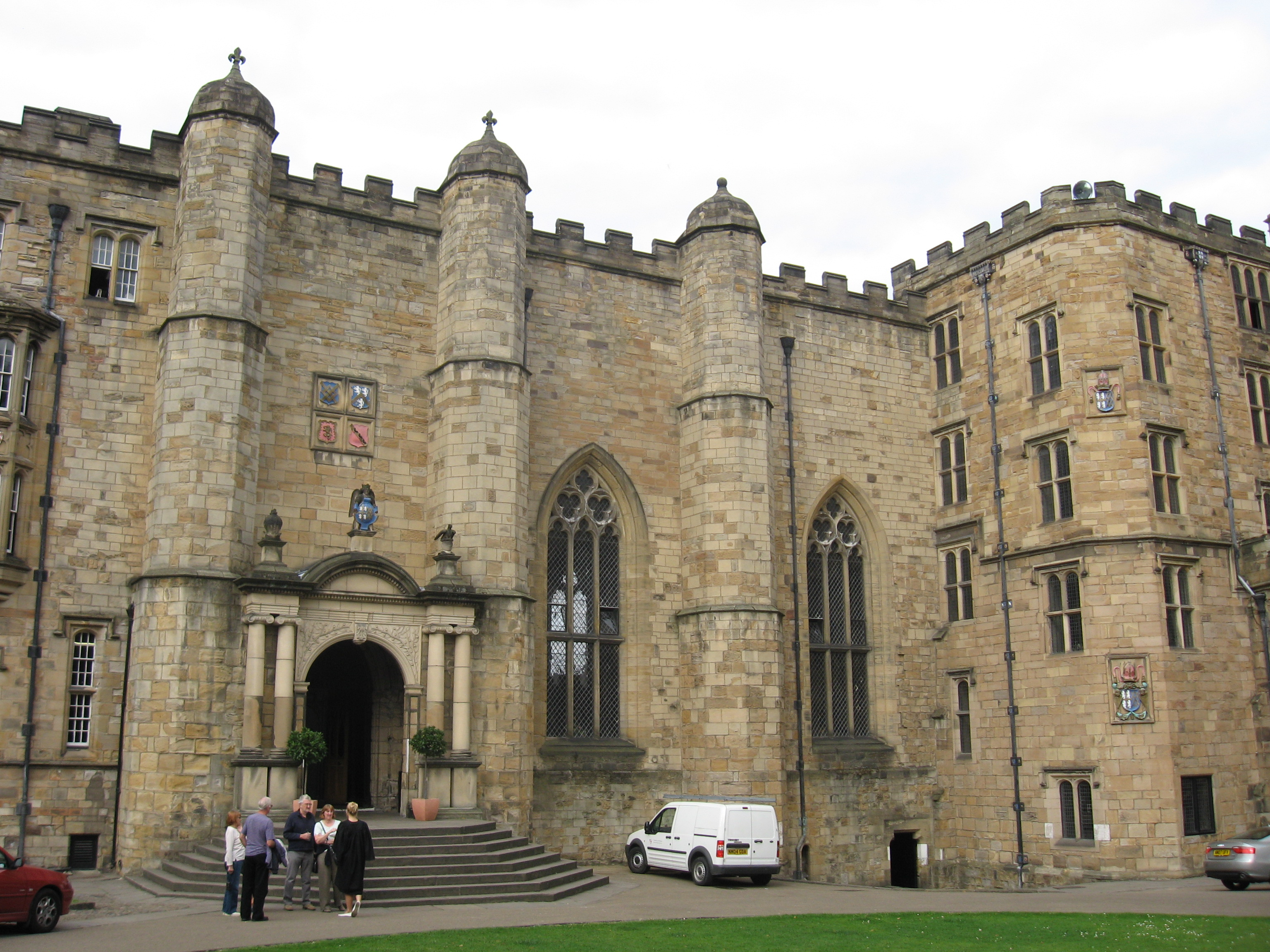 https://i1.wp.com/upload.wikimedia.org/wikipedia/commons/0/0d/Durham_Castle_Entrance.JPG