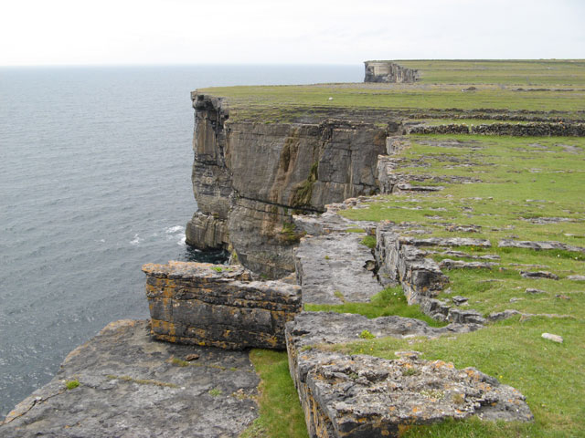 https://i1.wp.com/upload.wikimedia.org/wikipedia/commons/1/11/Cliff_edge_-_geograph.org.uk_-_1426716.jpg