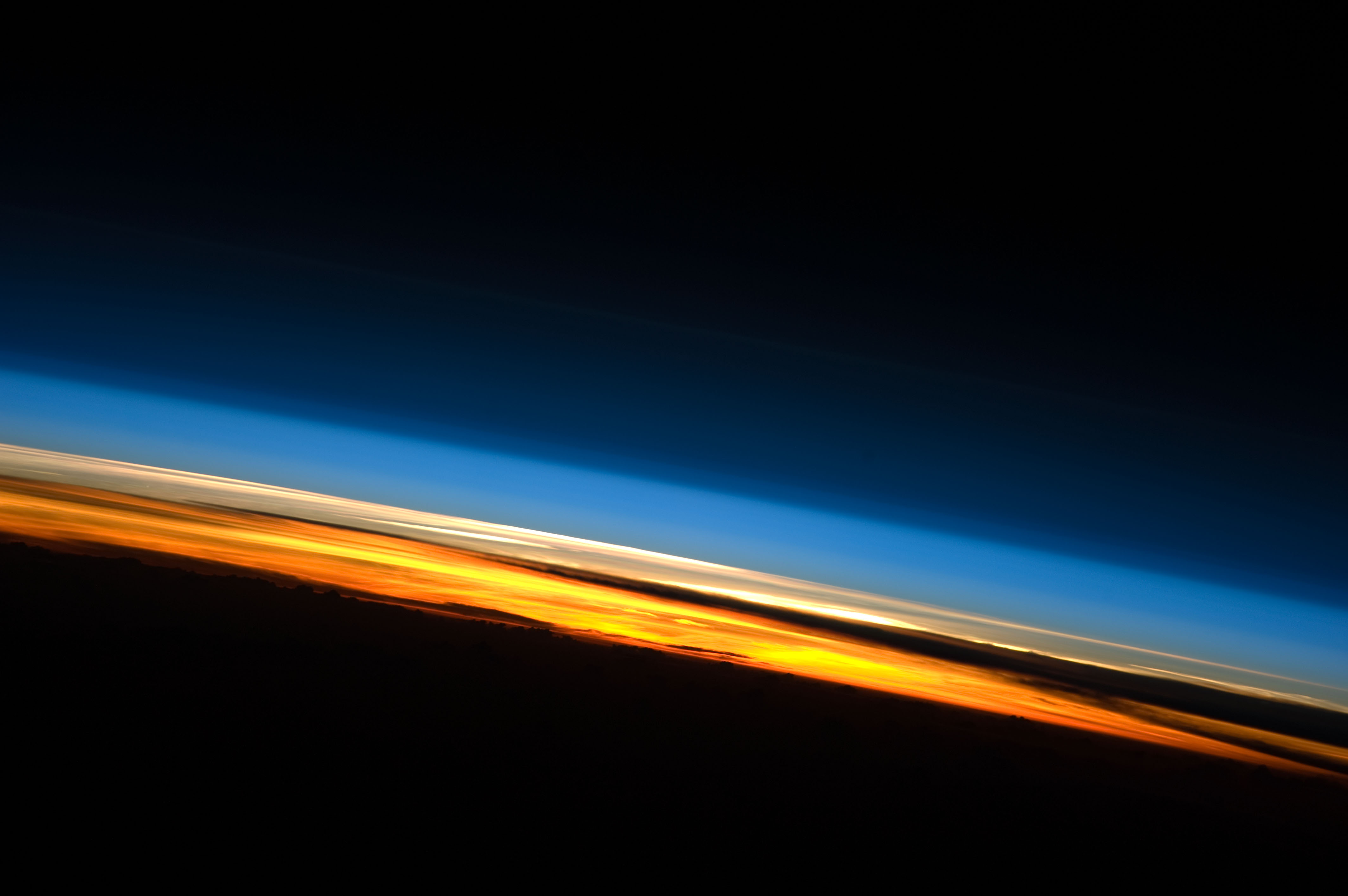 https://i1.wp.com/upload.wikimedia.org/wikipedia/commons/1/13/Sunset_from_the_ISS.JPG