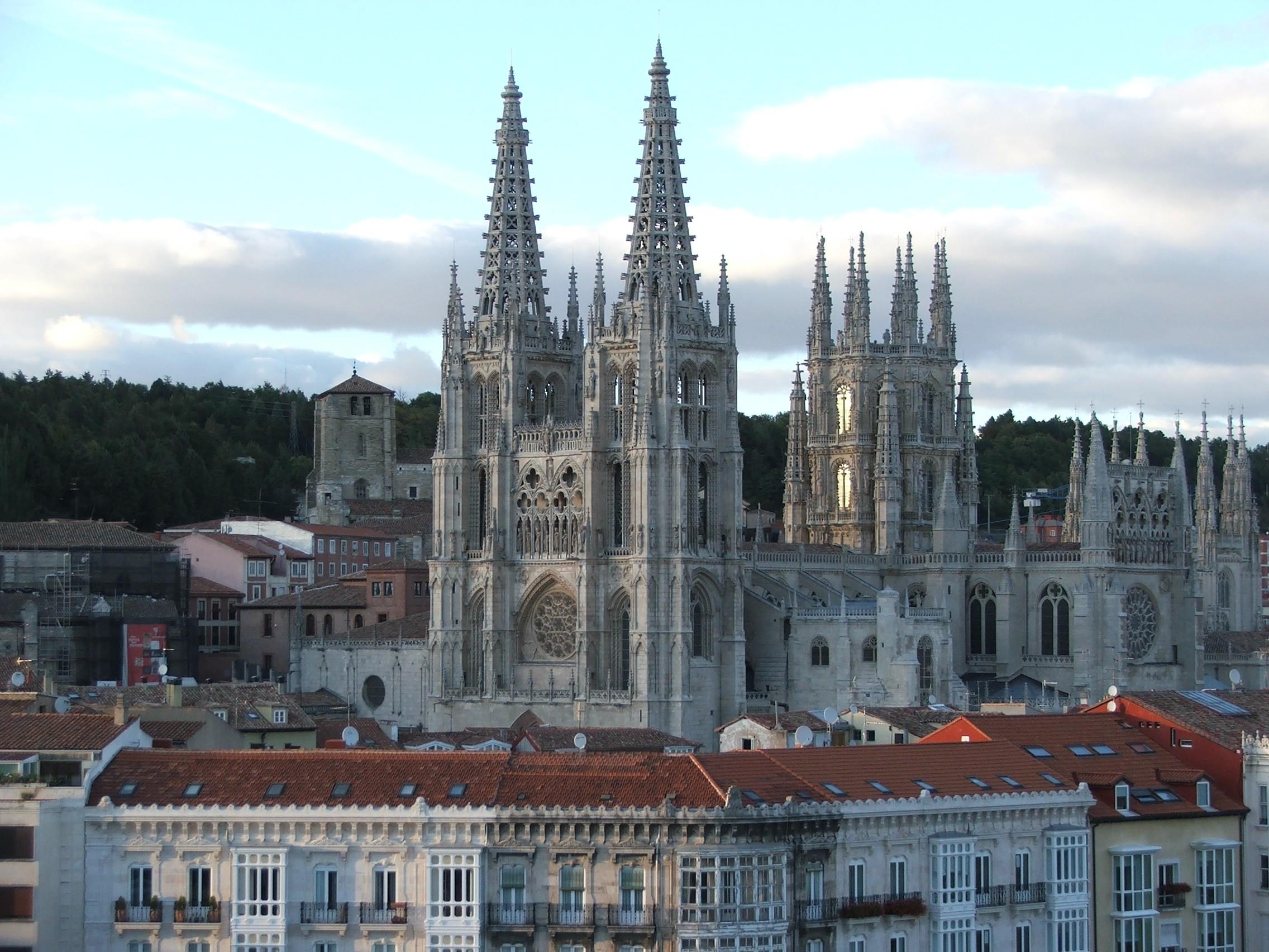 https://i1.wp.com/upload.wikimedia.org/wikipedia/commons/1/19/Catedral_de_Burgos_II.jpg