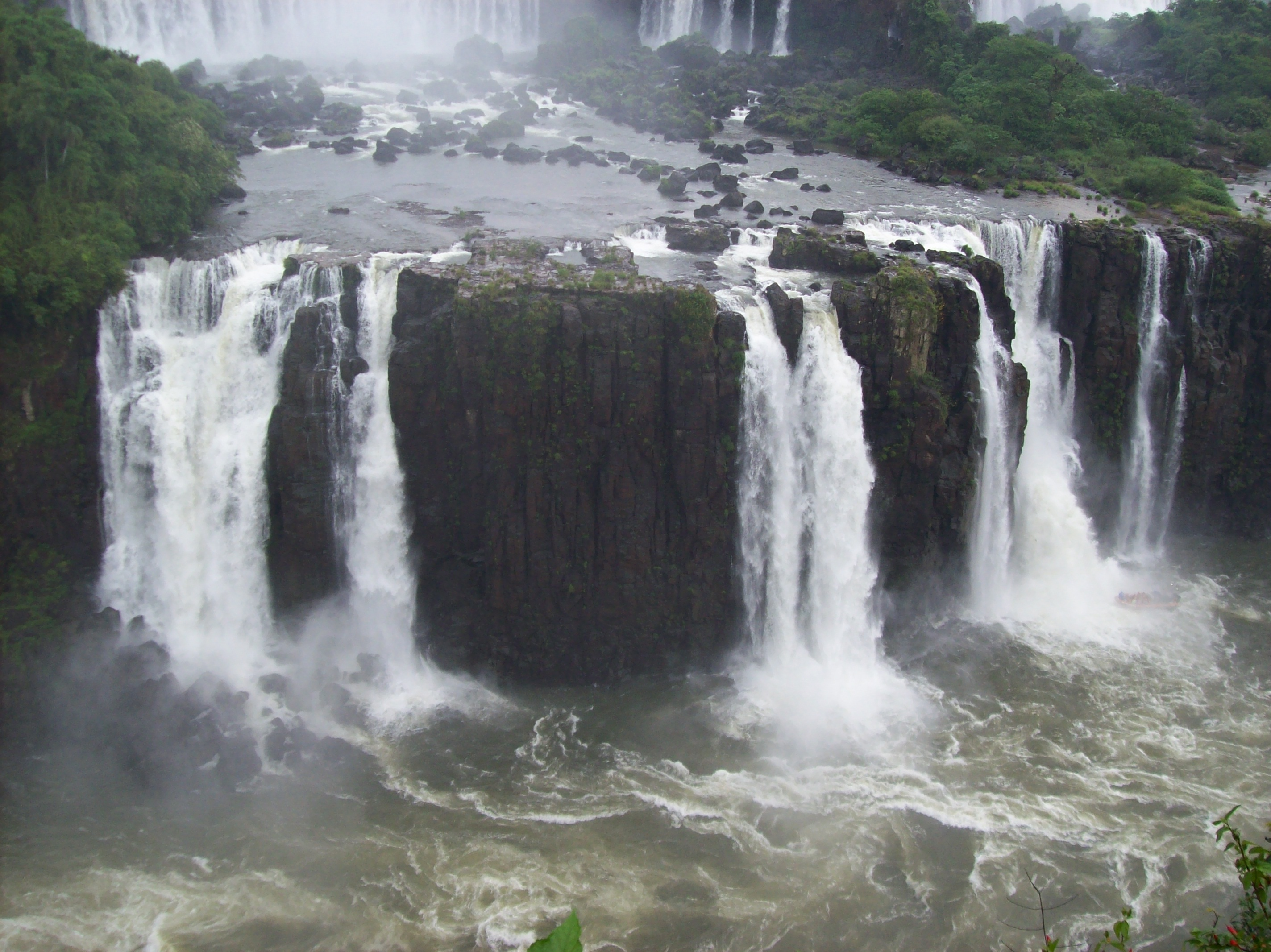 Saltos sobre el Río Iguazú desde el sendero br...