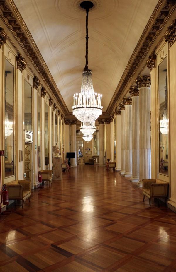 File:Teatro alla scala, foyer.jpg - Wikimedia Commons