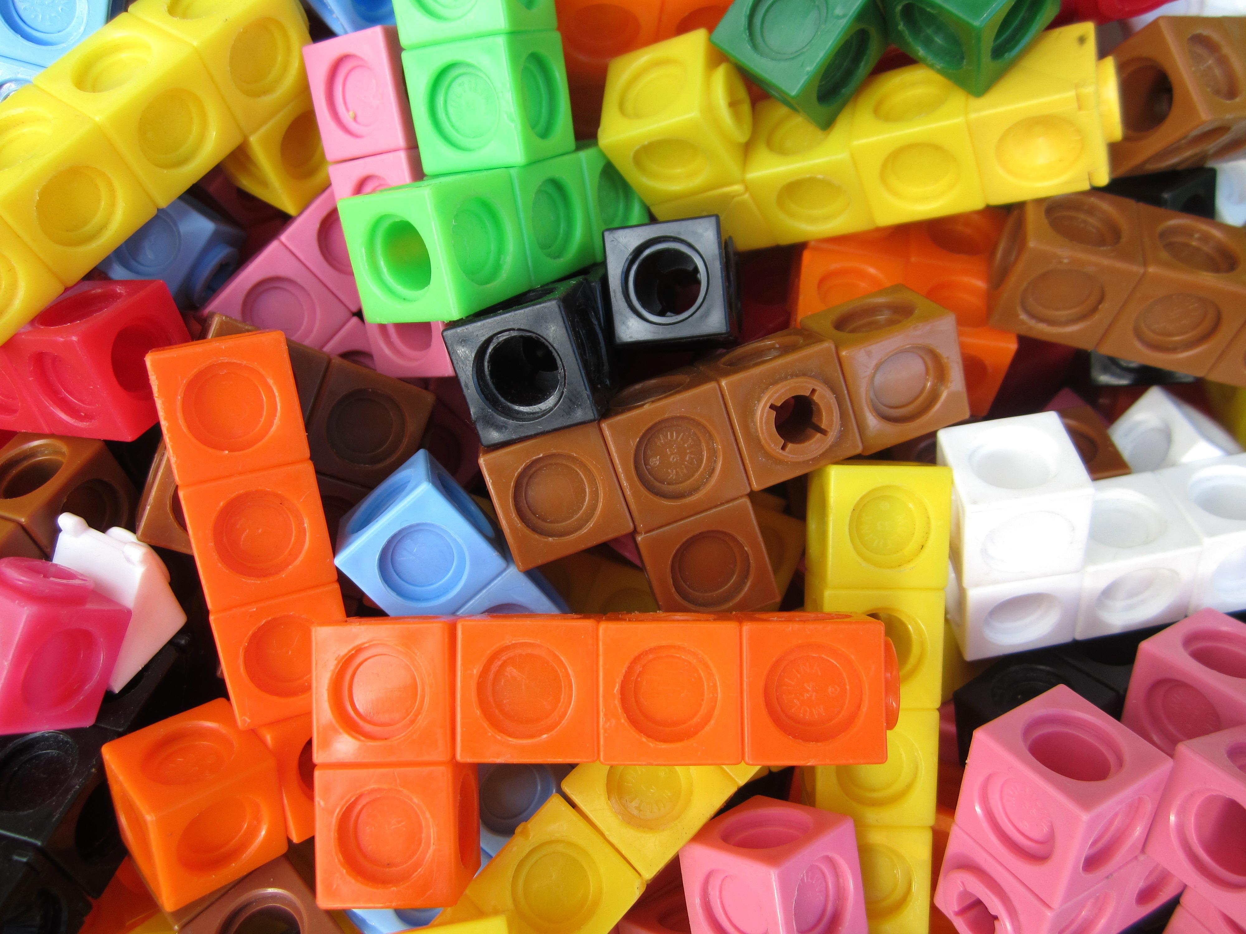 https://i1.wp.com/upload.wikimedia.org/wikipedia/commons/1/1c/Multilink_cubes.JPG