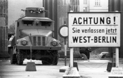 """Berliner Wasserwerfer am Brandenburger Tor, davor ein Hinweisschild """"Achtung! Sie verlassen jetzt West-Berlin"""""""