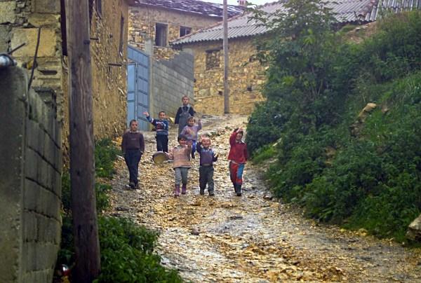 File:Children-Kosovo 2002.jpg - Wikimedia Commons