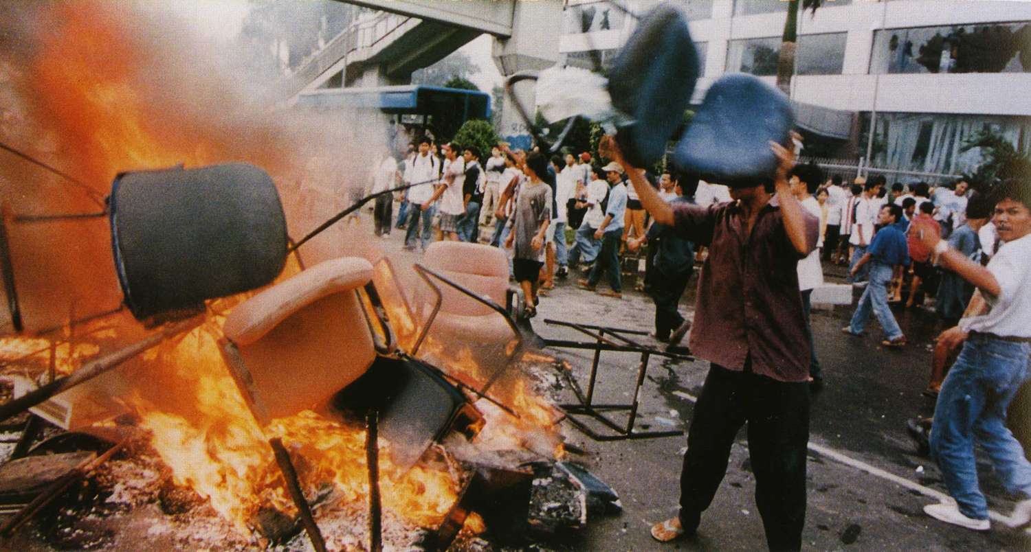 https://i1.wp.com/upload.wikimedia.org/wikipedia/commons/2/22/Jakarta_riot_14_May_1998.jpg