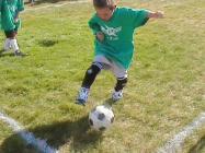 Играющий в футбол ребенок