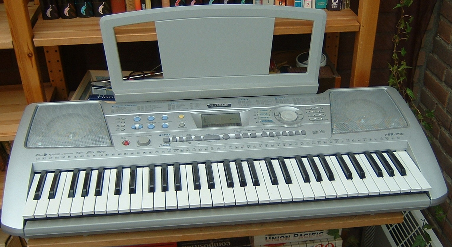 https://i1.wp.com/upload.wikimedia.org/wikipedia/commons/2/22/YamahaKeyboard.jpg