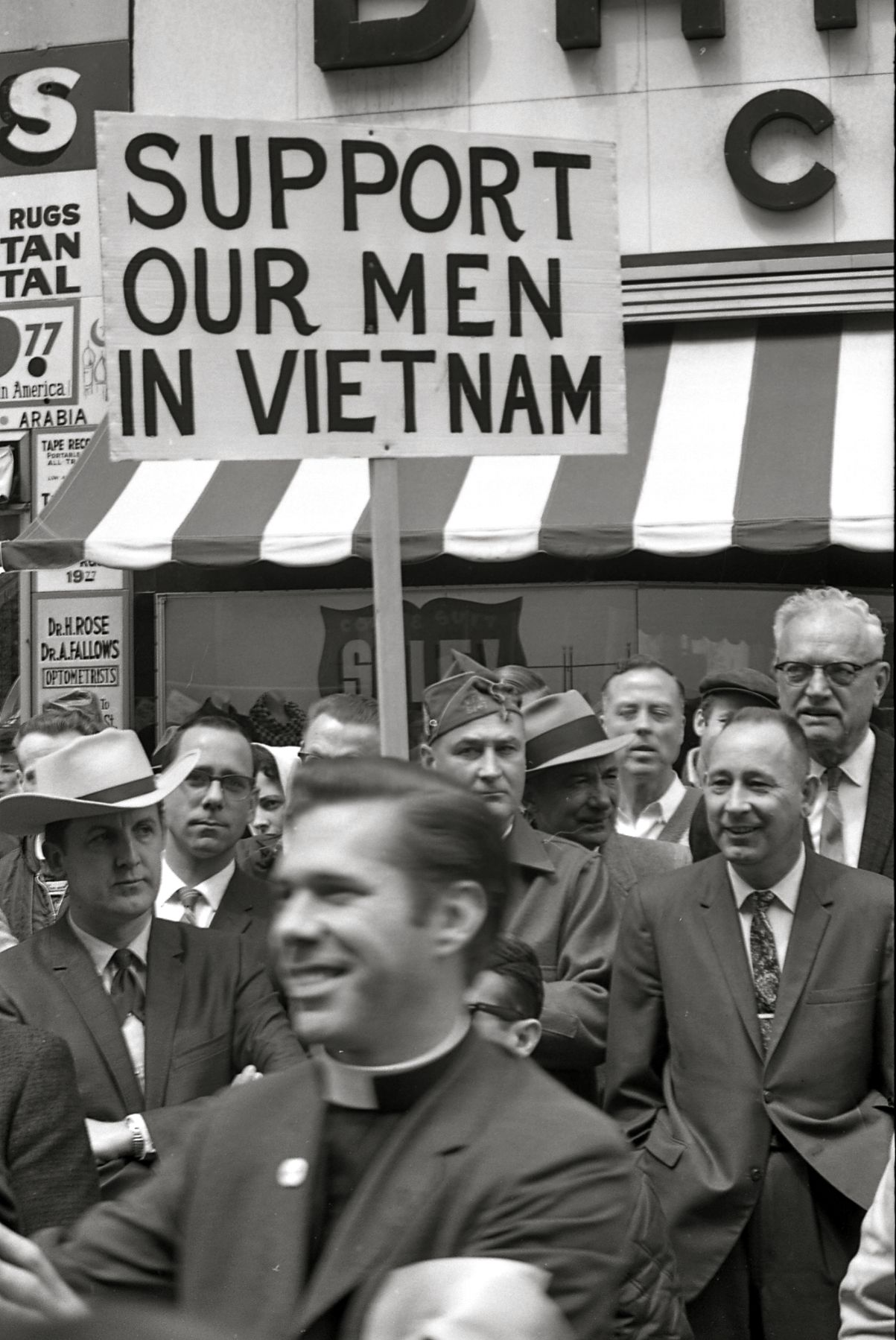 File Men Bearing Signs To Support U S Troops In Vietnam