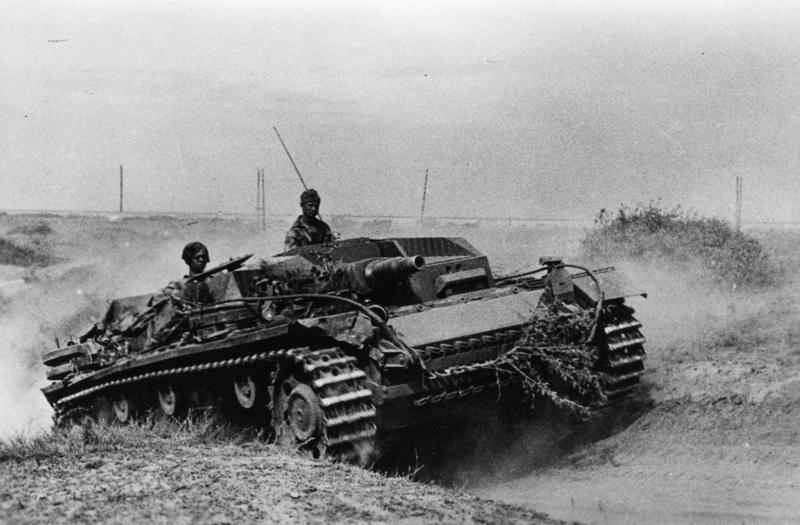 https://i1.wp.com/upload.wikimedia.org/wikipedia/commons/2/28/Bundesarchiv_Bild_183-J21826%2C_Russland%2C_Kampf_um_Stalingrad%2C_Sturmgesch%C3%BCtz.jpg