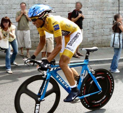 Alberto Contador, en un momento del Tour 2007, que ganó, luciendo el maillot de líder.