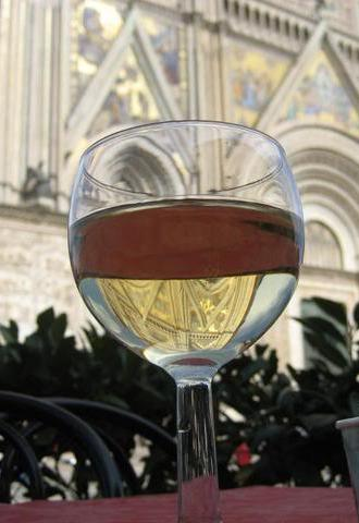 English: A glass of Orvieto wine, with the Duo...