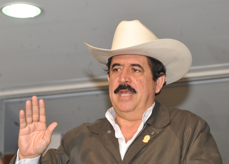 Manuel Zelaya, de chapéu e jaqueta, com seu característico bigode
