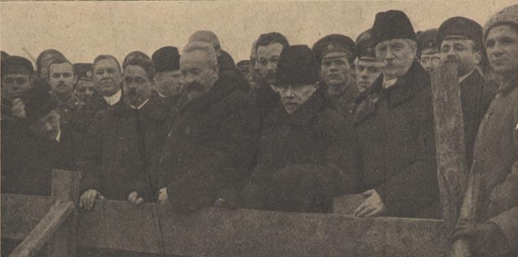The ministers of the Provisional Government at the mass grave of victims of the revolution, July 1, 1917.