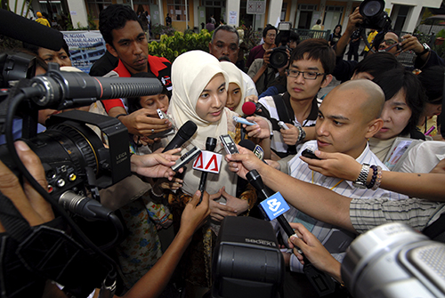 Nurul Izzah Anwar surrounded by reporters during the Malaysian general election, 2008