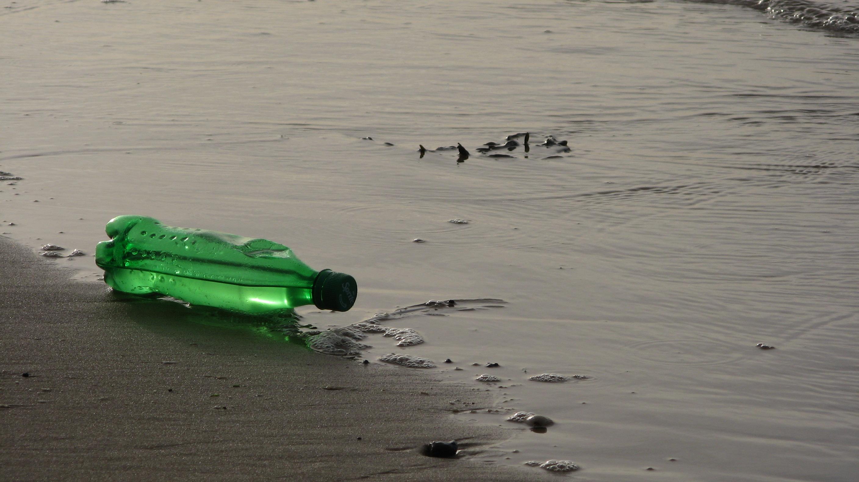 bouteille de sprite abandonnée sur une plage du pas-de-calais