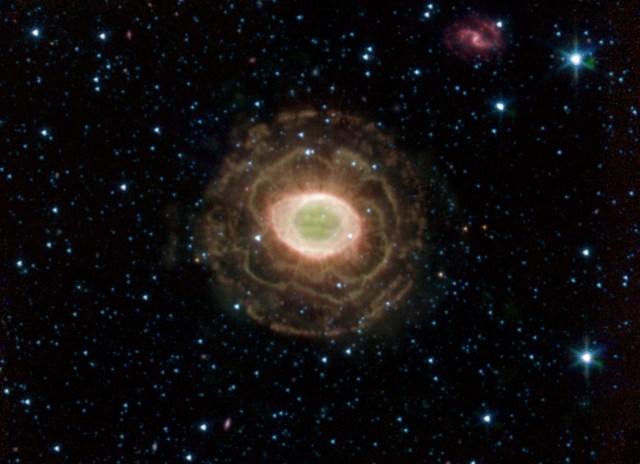 La Nebulosa Anello agli infrarossi.